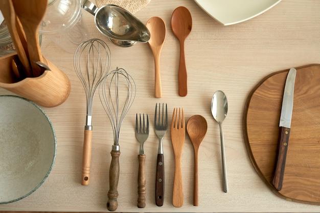 Sopra la vista degli utensili da cucina flatlay