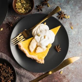 Sopra la vista deliziosa fetta di torta sul piatto