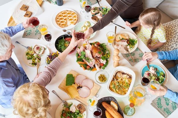 Sopra la vista della cena in famiglia