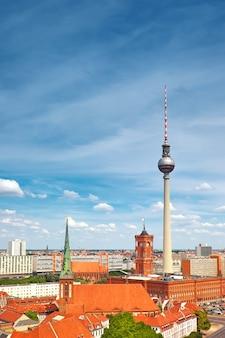 Sopra la vista di berlino orientale con la torre della televisione su alexanderplatz e sull'orizzonte della città