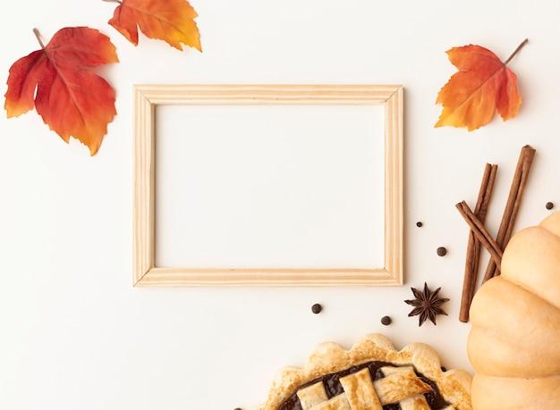 Sopra la vista disposizione con cibo e cornice in legno