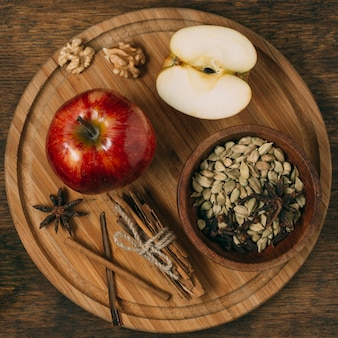 Sopra la vista disposizione con mela su tavola di legno