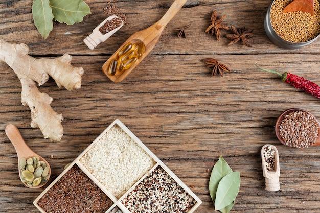 Sopra la vista disposizione degli alimenti su fondo in legno