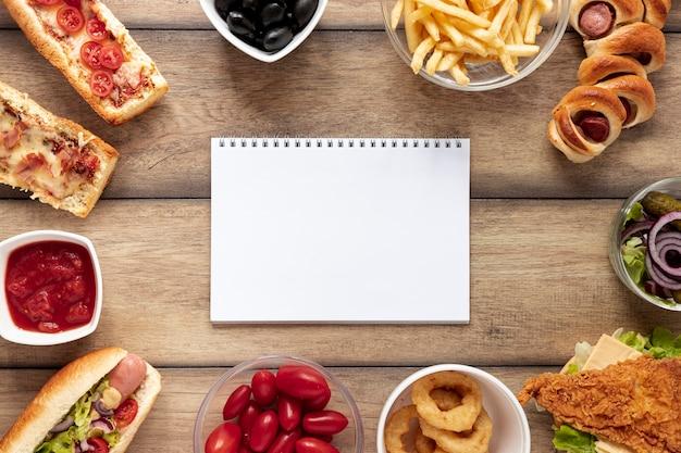 Sopra vista accordo con cibo e quaderno