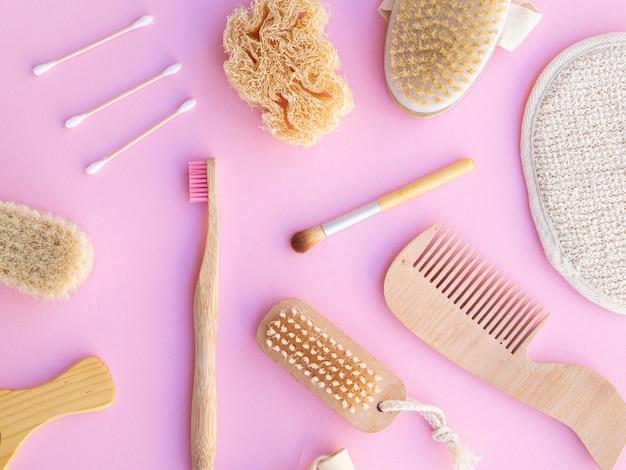 Sopra vista articoli cosmetici su sfondo rosa