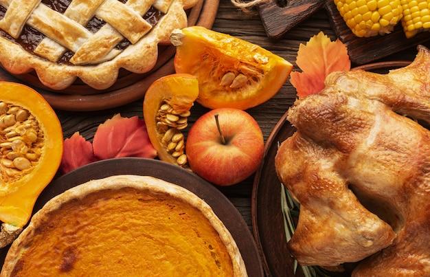 Sopra vista assortimento con deliziosi piatti del ringraziamento
