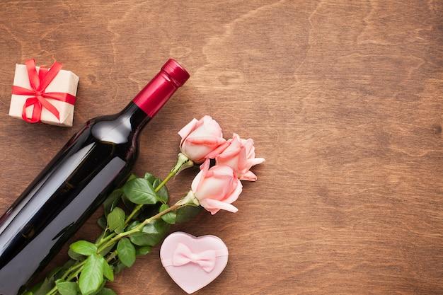 Sopra vista assortimento con rose e vino