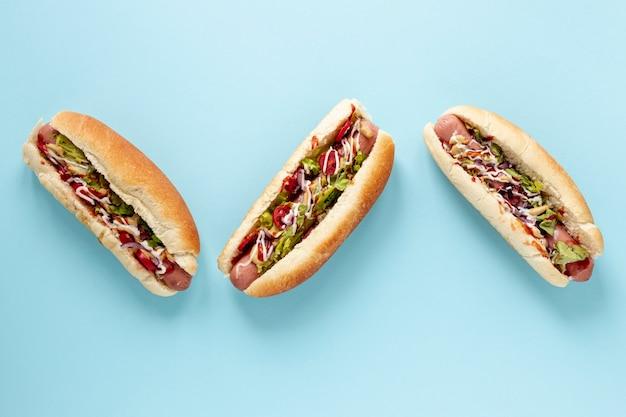 Sopra vista disposizione con hot dog e sfondo blu