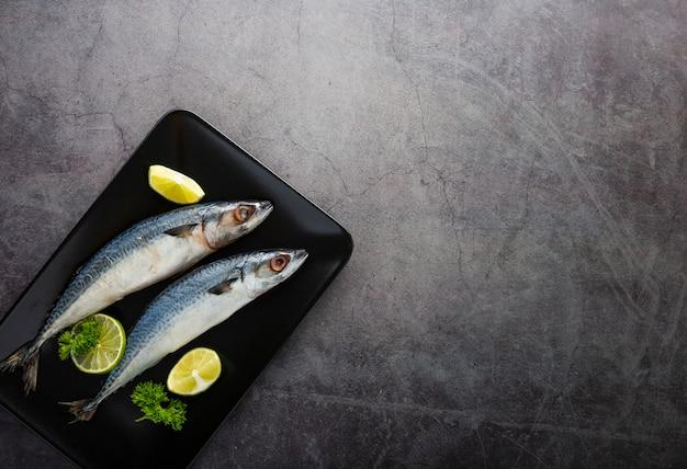 Sopra vista gustoso pesce con sfondo di stucco