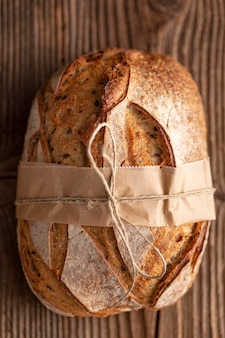 Sopra vista pane sul tavolo di legno