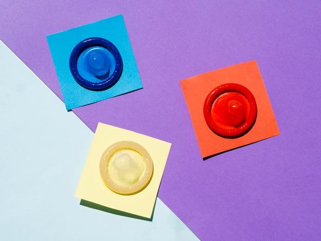 Sopra vista preservativi su sfondo colorato