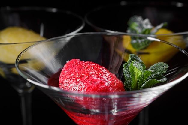 Sorbetto alla frutta in bicchieri da cocktail, anguria, melone, menta, vista dell'orizzonte