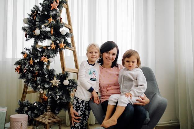 Sorella due che posa per l'immagine durante la ripresa di foto di famiglia