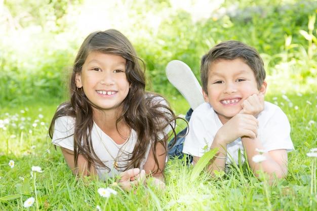 Sorella e fratello bambini felici adorabili all'aperto il giorno di estate in sudamerica