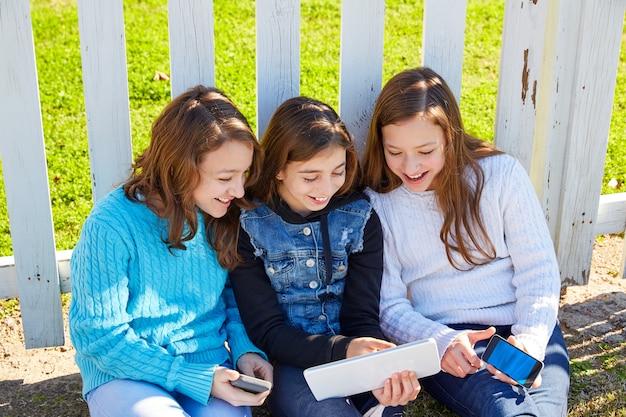 Sorelle amiche che si divertono con la tecnologia