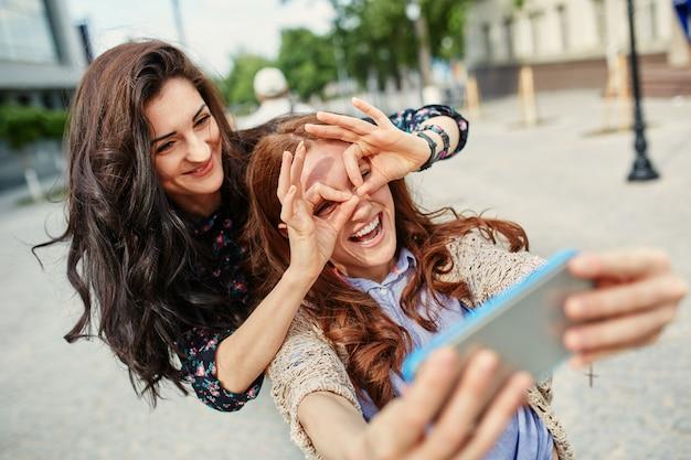 Sorelle che fanno selfie