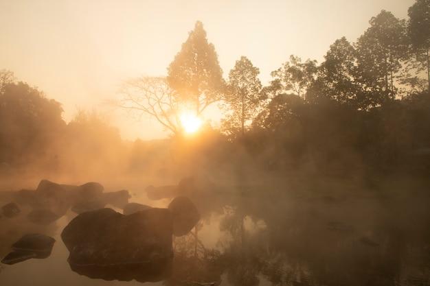Sorgenti di acqua calda nel parco nazionale di chae son, lampang tailandia
