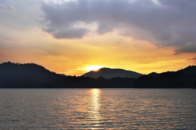 Sorgere del sole alla montagna in chiang mai tailandia