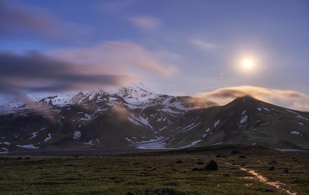 Sorgere della luna sopra la montagna. kamchatka, vulcano ovale zimina