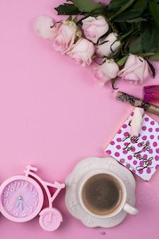 Sorpresa per la ragazza. bouquet di fiori, una tazza di caffè e dolci