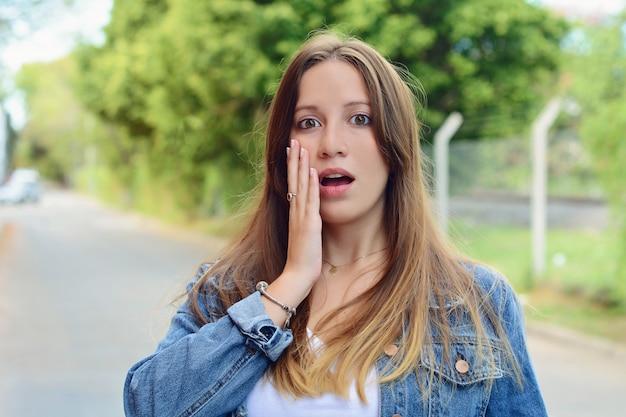 Sorpreso giovane donna