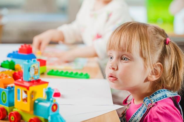Sorpreso ragazza toddler con giocattolo