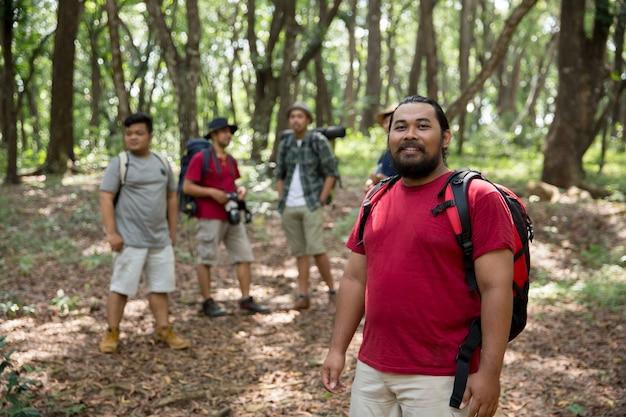 Sorridendo mentre fa un'escursione nella foresta