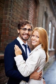 Sorridente coppia abbracciata