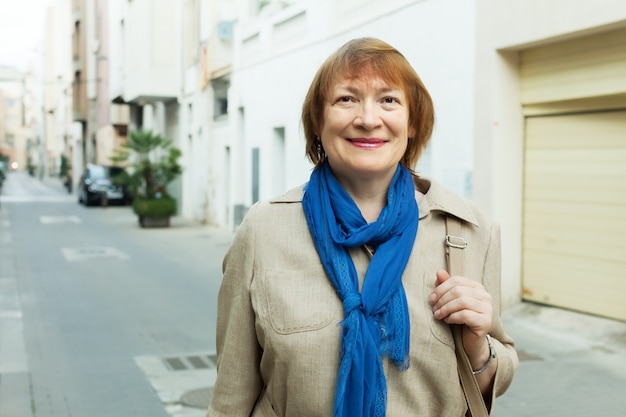 Sorridente donna anziana in città