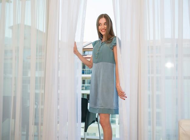Sorridente donna con il vestito