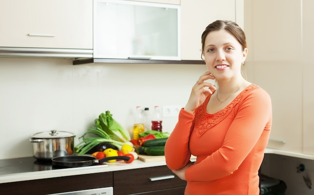 Sorridente donna in cucina domestica