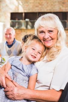 Sorridente donna invecchiata con bambino