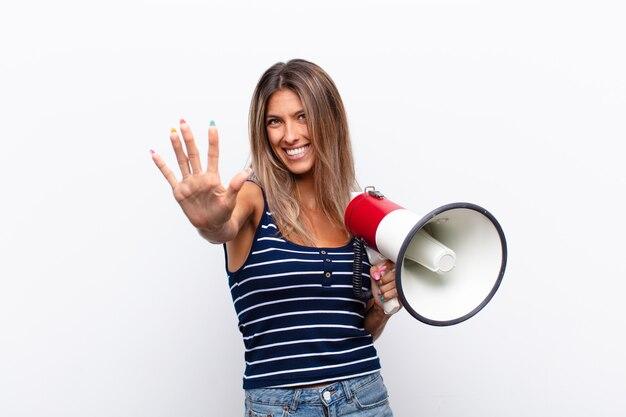 Sorridente e amichevole, mostrando il numero cinque o il quinto con la mano in avanti, il conto alla rovescia