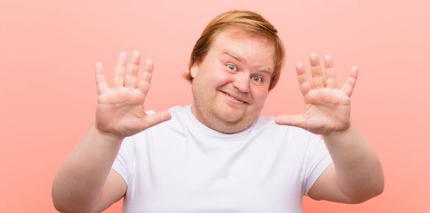 Sorridente e amichevole, mostrando il numero dieci o il decimo con la mano in avanti, il conto alla rovescia