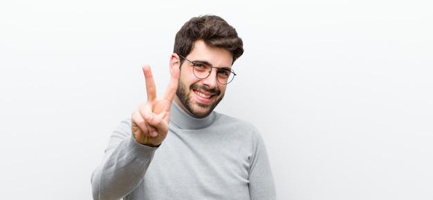 Sorridente e amichevole, mostrando il numero due o il secondo con la mano in avanti, il conto alla rovescia
