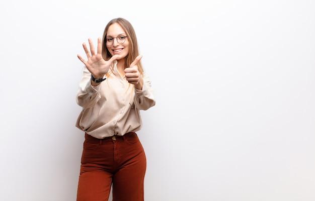 Sorridente e amichevole, mostrando il numero sei o il sesto con la mano in avanti, il conto alla rovescia