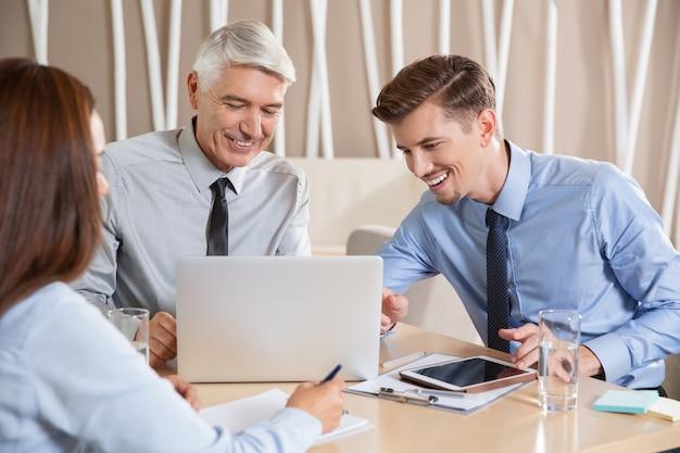 Sorridente entusiasta business team di lavoro