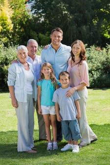 Sorridente famiglia e nonni nel parco