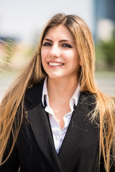 Sorridente giovane donna d'affari