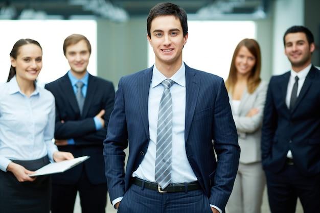 Sorridente giovane uomo d'affari