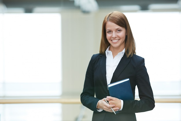 Sorridente imprenditrice in ufficio