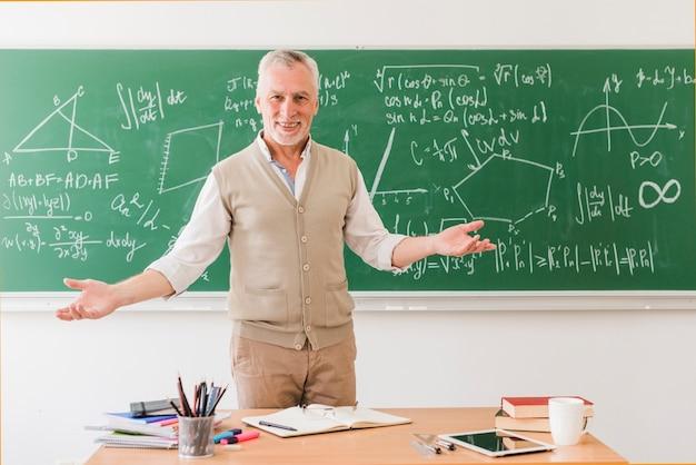 Sorridente insegnante di matematica saluto sala
