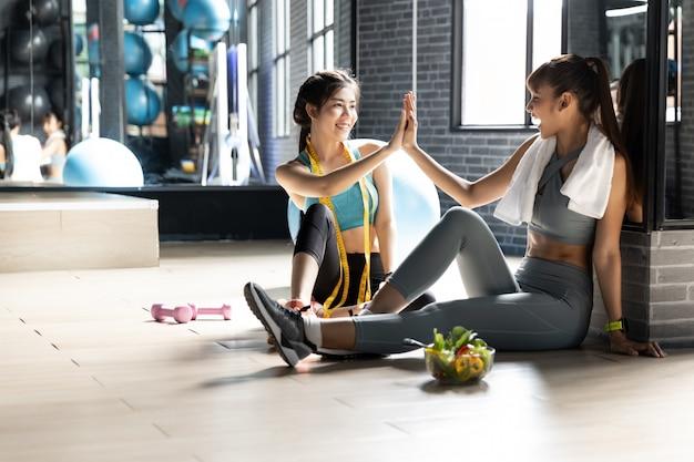 Sorridente lezione di fitness di successo dopo l'allenamento
