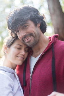 Sorridente marito abbraccia la sua moglie prima di esercitare