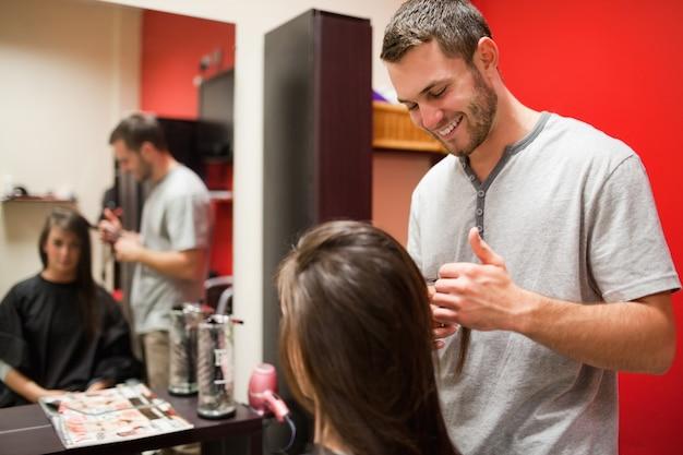 Sorridente parrucchiere maschile taglio capelli