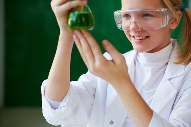 Sorridente ragazza con il suo esperimento