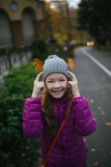 Sorridente ragazza d'autunno