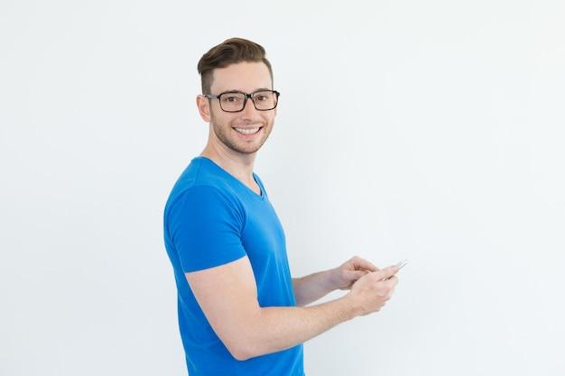 Sorridente sofisticato uomo utilizzando gadget