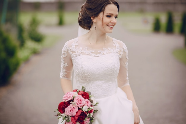 Sorridente sposa con il suo bouquet