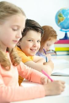 Sorridente studente in possesso di una matita